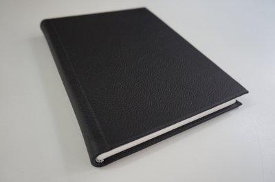 leeg boek zwart leer
